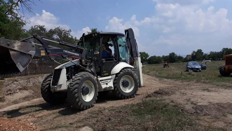 Се реконстуираат полските патишта во село Долна Чарлија