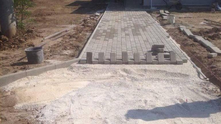 Се поставуваат бекатон плочки на патеките околу училиштето во село Ношпал